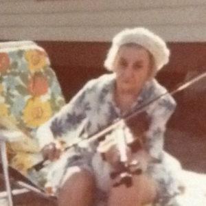 Grand-maman Leroux avec son violon